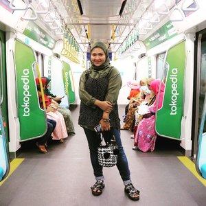 Bukan guys, bukan lagi foto project kok 🤣 cuma lagi kode aja biar diajak keliling sama yg motoin 💃🏻 btw gausah di swipe nanti nyesel 🙃.📸 : @andrydimas .#ootdnyahanni #ootd #hijab #hijabstyle #ootdid #clozetteid