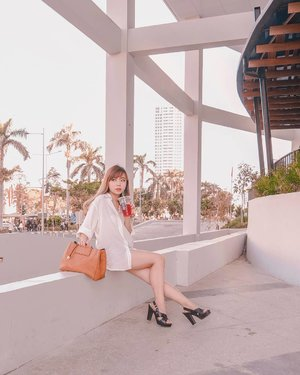 Looking fine, got eyes looking my way, and everybody's on my vibe ✨🥤. ー Loose shirt + shorts are my fave combo because they make you look oh-so-effortlessly chic without actually putting much effort when dressing up LOL!! Here I'm wearing Julia Top from @monomolly.id 💕 this is the first loose, oversized shirt that fits me very well (ahem, remember I'm a midget!!!). Highly recommended if you're looking for a nice & comfy basic shirt 👏🏻✨ ー #WhatCarolWear  #ootdindo  #clozetteid  #outfitoftheday