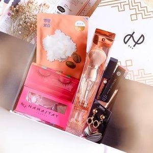 UNBOXING SURPRISE BOX 📦  @hbox.club !! ..In this very first HBOX, aku dapat masker Shea Butter by @holikaholika_indonesia, Gorgeous Lash by @namastaylashes, trus ada Metallic Lip Matte yang super kece banget dari @absolutenewyork_id dan @armandocarusoid 3-in-1 Brush yang super berguna bangeeet buat travelling besok 🏖️ karena ada 3 aplikator makeup dalam 1 body brush! Selain itu, ada statement earring yang lucuuu banget dari @shopbae.id 👏🏻 kalian tau kan aku suka bangeeeet nget sama anting yang lucuk-lucuk nah Shop Bae ini juara deh produk-produknya bikin ngiler semuaaa ~Swipe to see amazing vouchers from:@thefthingworld @publikmarkette @theclinicid@lashtiqueid @two.cents @smoochthelabeldan @pullmanjakartacpKalau kalian total ini worth dari semua barang yang ada didalam @hbox.club nih worthnya hampir 2 juta!! Dan untuk 1 box-nya cuma 299K dong oke banget kan harganya 👌🏻 isinya juga produk full-size semua bukan sample gitu, really worth it deh! Buruan subscribe sekarang yaa~...#HBOXambassador #HBOXindonesia #TheClinicBeautylosophy #lashtiqueid #smoochoftheday #publikmarkette #holikaholikaindonesia #ElizabethArden #smallthingsmatter #votrepeauskincare #influencersurabaya #sbybeautyblogger #beautyinfluencer #beautybloggerindonesia #bloggerindonesia #subscriptionbox #hbox #clozetteid