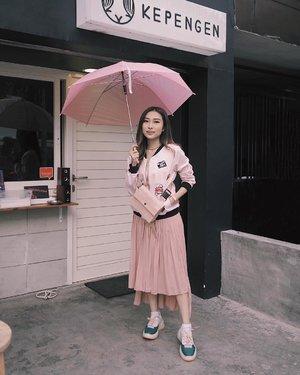 —— (fifty) shades of pink 💖 kynya pink is my color of the year deh haha ✌🏻 much loveeeee for my new 'ugly sneakers' from @melissashoes_id 🙆🏻♀️ 📷 @kvniskandar . #ootdindo #clozetteid #lookbookindonesia #ggrep #ootd