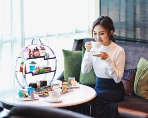 Sipping my cup of tea from Fashionista Afternoon Tea set by @hotelciputraworldsby ☕️ Look at those uber cute sweets! 💃🏻👗👠👜 Enjoy yours at only IDR 175,000++/set! _ #clozetteid #lifestyleblogger #surabayablogger #lykeambassador #afternoontea