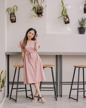 Another styling tips andalanku (esp. for the petites🤗) Pilih atasan/dress yang ada aksesoris sabuk atau pita pada bagian pinggang. Dress yang all size akan instantly looks fit on you! Selain itu, bikin keliatan ramping, menutupi lemak jahat yang suka mencuat hahaha 😆 . Dress from @cottontree.id  Sandals from @melissashoes_id #MelissaGirlsClub #MelissaSquad . . . #ootdindo #ootd #lookbookindonesia #clozetteid #shoxsquad