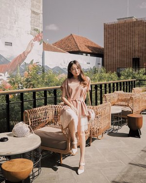 sun-kissed 🌞 wearing multi-wear top from @kinkami.id 💛 📍 @starbucksreserve bali 📸 @audrey.vincentia . . . #baliyukdev #clozetteid #ootdindo #lookbookindonesia #ggrep