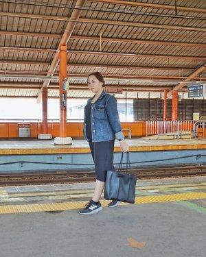 🌿 Tau kan kalo pas travelling saya lebih suka explore transportasi umum?  Nah kemarin pas di Jakarta saya nyobain KRL Commuter Line nya  Yang ada di foto itu kebetulan pas bukan jam sibuk, jadi sepi dan bisa foto buat dijadiin konten 😅 -- Kalo pas jam sibuk ya boro-boro mau ambil foto, naik aja penuh perjuangan -- 📸 @milka.amelia -- Kalo kalian pas travelling suka baik tranportasi umum ga? - #clozetteid #beautybloggers #beautybloggerindonesia  #sociollablogger #beautygoersootd #ragamkecantikan #ootdfashion #ootdblogger #lookbookindonesia #traveltojakarta #explorejakarta #krljabodetabek