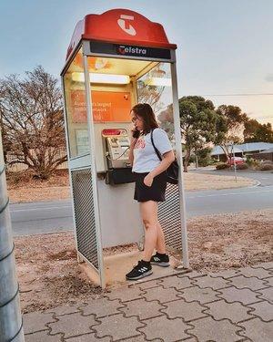 📞 Hello? It's me I was wondering if after all these years you'd like to meet -- Haha you sing you lose! -- By the way guys, di Australia tepatnya di Adelaide masih banyak telepon umum macem begini bertebaran dimana-mana  Dilansir dari news.com.au, menurut Australian Communications Media Authority (ACMA) masih ada sekitar 24.573 telepon umum tersebar di seluruh penjuru Australia (data 2016)  Di era seperti ini saat hampir semua orang memiliki telepon genggam, telepon umum ini tetap ada sebagai fasilitas umum yang dapat digunakan siapapun. Tidak hanya itu, ada beberapa telepon umum yang menyediakan wifi juga (tapi tetap harus sudah registrasi sebelumnya)  Menurut yang saya baca, telepon umum ini harus tetap ada disana untuk membantu teman2 homeless atau yang low income yang kesusahan membeli telepon genggam. Telepon umum ini lah yang nantinya akan membantu mereka jika ada kepentingan mendesak atau darurat -- #bloggersunitedau #beautybloggerindonesia #telstra #telstrapayphone #adelaide #clozetteid #travelblogger #ootdblogger