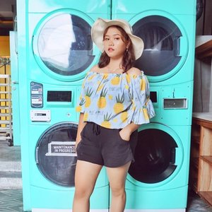 Random questions nih! Kalian kalo nyuci baju sukanya nyuci sendiri apa laundry ke tempat laundry-an? 😂 -- Btw apapun fotonya jangan lupa pake sunscreen ya! Lama-lama jadi duta sunscreen Indonesia nih aku *laluditaboknetijen* -- #clozetteid #beautybloggerindonesia  #beautygoersootd #beautygoersid #caracarainn #caracarainnkuta #ootdshare #ootdfashion