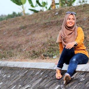 Yuk hibur diri sendiri dengan cara mudah dan sederhana. Coba bayangkan sebentar seseorang yang buat kamu bahagia, misalnya pacar, gebetan, sahabat, saudara, atau orangtua kamu. Lihat deh seketika pasti kamu akan melebarkan senyuman gigi yang indah. Happy Thrusday 😊 #vsco #vscocamphotos #vscocam #vscocamgram #clozette #clozetteid #clozettedaily #hijabers #hijabootdindo #hijaboutfit #hijabdaily #diaryhijaber #instagood #instalike #instaphoto #instafashion #instamoment #like4like #likeforlike #likesforlikes #likeback #likes #canon #canon_photos