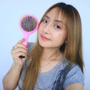 Kesayangan akuuu � Rainbow Hair Brush dari  @eyecandy_co_kr � . Sisir gak lagi menyiksa, rambut kusut gak lagi deh. Sisir ini lucu warna rainbow dan ini Handmade lo. Banyak banget artis Kpop yang pakai karena memang sebagus itu � Dipakai nyaman banget dan brushnya gak sakit sama sekali dan lembut banget dikulit kepala.  Rambut lebih teratur dan bentuk brushnya itu S gitu menbuat volume ke rambut � Nilai plus lainnya dibaliknya juga ada kacanya nih. � . Btw ini aku pakai yang ukuran Besar. Ada kecil lainnya nih. . No More Bad Hair Day 😘 . Cek aja link diprofile untuk harga diskon atau link dibawah ini ya 💕  https://hicharis.net/ellentan/9Oy  #HAIR #HAIRBRUSH #RAINBOWBRUSH #EYECANDY #Rainbowhairbrush #CHARIS @charis_celeb @hicharis _official @eyecandy_co_kr .  #fdbeauty #clozetteid #skincare #ivgbeauty #koreanskincare #skincaream#tampilcantik #skincarepm #makeuptips #indobeautygram #indovidgram #makeupvideo #toner #discover_muas #beautyguruindonesia #beautygram #beautybloggerindonesia #muablora