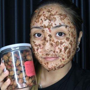 ✨Rose Face Mask 🌹😍 . Recipe & Tutorial on previous post=>>>> . . #skincare #fdbeauty  #clozetteid  #makeupartistworldwide #maybelline  #anastasiabrows #ivgbeauty #makeupclips  #nyxcosmetics #lookamillion #naturalskincare #wakeupandmakeup #dressyourface #indobeautygram #makeupaddict #makeupgeek #amazingmakeupart #anastasiabeverlyhills #naturalmask #tutorialmakeup #handmademask #beautyguruindonesia #setterspace #beautygram #beautyvlog  #indobeautysquad #diymask #rosemask