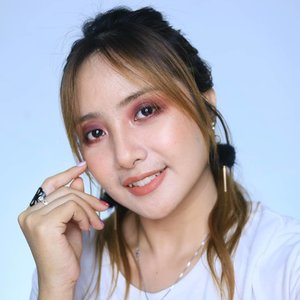 Tips supaya klo makeup smokey eye gak kliatan serem.. SENYUM aja terus 😂✌..@chicaychico_official One shot Palette salah satu palette brand korea favorite karena pigemented wrnanya 😍👍 ..#fdbeauty #clozetteid #universalhairandmakeup #uhmvideo #ivgbeauty #makeupclips #fiercesociety #tampilcantik #wakeupandmakeup #makeuptips #indobeautygram #makeupaddict #amazingmakeupart #lucinda212 #undiscovered_muas #indovidgram #makeupvideo #lagirlindonesia #discover_muas #beautyguruindonesia #beautygram #beautybloggerindonesia #muablora #eotd #discovervideos #nyxcosmeticsid #maccosmetics #glammakeup
