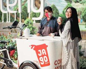 Coffee Enthusiast bahagia banget nih ada layanan kopi yang nggak pake ribet 💕⠀⠀⠀⠀Tinggal download Jago Mobile Apps terus pesen deh kopi yang kita mau. Trus tunggu chartnya nyamperin kita ke rumah/kantor/tempat hangout. ⠀⠀⠀⠀Harganya cuma 18K tapi rasa kopinya nikmat banget!!! Baristanya juga sedia handsanitizer dan pake masker lho, jadi dijamin higienis. ⠀⠀⠀⠀Buat kamu yang males keluar, tapi pengen ngopi, cobain @jagoid deh! 😉⠀⠀⠀⠀⠀⠀#JagoMobileCafe #MobileCafeExperience #Jagoan #JagoCoffee