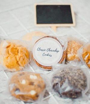 Ngopi emang paling enak ditemenin sama cookies dari @sweetsavory_bgr yang gurih dan juga manis ini⠀⠀1 box ini ada 8 rasa yaitu ⠀🍪Classic Chocochips⠀🍪 Double trouble⠀🍪 snickerdoodles ⠀🍪 Chocolate Crinkle⠀🍪 Oatmeal Raisin ⠀🍪 Chocolate Lovers⠀🍪 Confetti's⠀🍪 Cornflakes⠀⠀Favoritku yg Classic Chocochips Cookies. Enak nget rasanya 😍⠀⠀⠀#SweetSavory #diarynovitania #cookies #ClozetteID