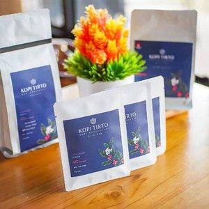 Ngopi nikmat bikin petani bahagia, ya Kopi Tirto.⠀⠀Fyi, Kopi Tirto merupakan merk dagang untuk kopi asli Indonesia yang diproduksi oleh para petani dampingan Danone-AQUA di kawasan konservasi dengan ketinggian 400-1000 Dpl yang tersebar di Jempanang Badung-Bali, Wonosobo-Jawa Tengah, Pandaan-Jawa Timur, Tanggamus-Bandar Lampung. Kawasan ini juga merupakan daerah tangkapan air (catchment area), sehingga berawal dari secangkir kopi yang menyelematkan bumi hingga mampu memajukan Indonesia. ⠀⠀Kopi Tirto dibudidayakan dengan sistem wanatani ramah lingkungan yang dilengkapi dengan pembuatan rorak. Sistem ini membantu  lebih banyak air hujan terserap ke dalam tanah untuk menjaga keseimbangan air tanah dalam mulai dari  hulu hingga hilir dan menjadi cadangan air tanah untuk masa depan. ⠀⠀Kopi Tirto menawarkan 7 variasi rasa nikmat berdasarkan kawasan konservasi: ⠀• BALI Arabica Semi Wash⠀• WONOSOBO Arabica Natural⠀• WONOSOBO Arabica Full Wash⠀• WONOSOBO Arabica Wine process⠀• PANDAAN Arabica Full Wash⠀• PANDAAN Robusta Natural⠀• TANGGAMUS Robusta Natural⠀⠀Beli Kopi Tirto sekarang dengan langkah berikut:⠀WhatsApp Customer Service Kopi Tirto di nomor 0853 3331 1336⠀Isi form pemesanan pada link http://tiny.cc/pesankopitirto atau manual dengan arahan Customer Service⠀Untuk informasi selengkapnya bisa cek ke @kopitirto⠀#KopiTirtoMerawatBumi @aqualestari @kopitirto