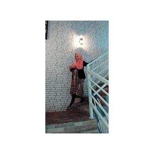 Pose ala-ala diampelin gebetan,  buru-buru turun nyamperin pintu ketika dengar suara bel pas malam mingguan 😁😄.Padahal dlu waktu sama papa nya anak-anak mah g kenal malming an.. kita keluar nya malah hari biasa aja, karena klo weekend dia nya kerja.. Bahkan kebanyakan hari Senin, hmm ngejar Nomat kayaknya si doi, maklum dlu promo nonton ga sebanyak sekarang hahahaa.Ada yang samaan kayak saya, kencan nya hari biasa ga pernah malam Minggu ?#sun #sunny #sunnyday #TagsForLikes #TagsForLikesApp #sunnydays #sunlight #light #sunshine #shine #nature #sky #skywatcher #thesun #photooftheday #beautiful #beautifulday #weather #summer #goodday #goodweather #instasunny  #instagood #clearskies #clearsky #blueskies #lookup #clozetteid