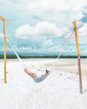 are you ready for New Year's Eve? ⚡️.rencananya malam tahun baruan pada mau ngapain dan ke mana, nih? share dong! 😉.(abaikan tiang kuning belum selesai dicat, mbaknya ngaso dulu.).terus buat tahun 2018 udah ada yang susun rencana buat jalan-jalan? saya udah dong, mau tau gak? 😜😋.#ExploreBelitung#VisitBelitung#PesonaBelitung#PulauLeebong#BangkaBelitung#PesonaIndonesia#WonderfulIndonesia#TravelinStyle#ClozetteID#Fujifilm_ID