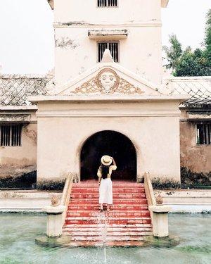 buat yang masih haus liburan dan butuh saran buat jalan ke mana yang hemat dan praktis, boleh banget meluncur ke blog dan cek tulisan tentang tips hemat ke Yogyakarta dan rekomendasi destinasi yang bisa didatengin.ya, siapa tau lagi sepi dan bisa foto-foto lebih bebas di Taman Sari. 😁✌🏻.ayo, ada yang mau share destinasi favoritnya di Jogja? 🙋🏻♀️.#TripofWonders#ExploreJogja #VisitJogja #ExploreYogyakarta #JogjaIstimewa #PesonaIndonesia#WonderfulIndonesia#TravelinStyle #ClozetteID#Fujifilm_ID#FolkIndonesia