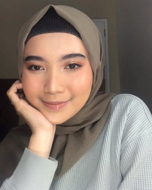 Tutorial dari foto terakhir, cocok banget buat lebaran nih ❤️❤️..Primer : @blithecosmetic Pressed Serum Crystal Iceplant .Eye Gel : @forskinssake Matrixyl 3000.Foundation : @maybelline Superstay + @makeoverid Powerstay W42.Concealer : @tartecosmetics Shape Tape + @maybelline Instant Age Rewind , @wardahbeauty Instaperfect Concealer .Cream Blush : @canmakeid Lip&Cheek Gel .Cream Highlighter : @catrice.cosmetics Dewy Wet Look Stick .Powder Highlighter: @beccacosmetics shimmering skin OpalEyeliner : @catrice.cosmetics Longlasting Eye Pencil Waterproof Black Brow : @zoyacosmetics Brow Pencil BlackLips : @makeoverid Intense Matte Lip Cream 12 - Couture + @blpbeauty Lip Glaze Sparkling Rose ..#clozetteid #indobeautygram #tutorialmakeup #makeuplebaran #indovidgram #hijabbeauty #makeupjakarta