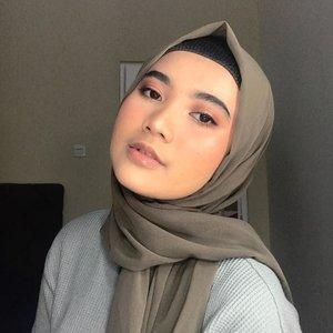Jadi upload tutorial ini enaknya kapan ? ..*leher jangan ikutan pegel liat foto ini 🙃..#clozetteid #berrymakeuplook #makeuplooks #indobeautygram #indobeautysquad #indobeautyvlogger #hijabbeauty #glowingmakeup #makeupjakarta