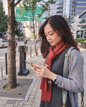 """Happy sunday ✨ more #latepost from my Korea trip~ stok foto Korea masih banyak nih, jadi jangan bosen2 ya 🤣 . Minggu ini aku banyak dapet pelajaran tentang 𝗺𝗲𝗺𝗯𝗮𝗻𝗱𝗶𝗻𝗴𝗸𝗮𝗻 𝗱𝗶𝗿𝗶 𝗱𝗲𝗻𝗴𝗮𝗻 𝗼𝗿𝗮𝗻𝗴 𝗹𝗮𝗶𝗻. Ini hal yang aku sering alami, dan pasti banyak dari kalian yang mengalami juga. . Namanya juga seseorang yang lagi """"berjuang"""" (merintis usaha, adaptasi, networking, dll) pasti ada ups and downs. Kita sering banget membandingkan progress kita dengan orang lain, dan kalo merasa kita ketinggalan, nggak jarang timbul perasaan pesimis, down, dan ah udah bodo amat deh. """"Kenapa dia udah sampe sana dan aku belum?"""" """"Wah hebat ya dia masih muda udah kayak gitu. Aku?"""" . Padahal sebenarnya perbandingan itu belum tentu """"fair"""". Bisa aja orang itu udah mulai duluan, atau punya bekal/privilege lebih, modal lebih, dan faktor2 lain yang bikin dia bisa jalan lebih cepat. . Karena itu, sebaiknya kita ga perlu membandingkan diri kita dengan orang lain, karena semua orang ada porsi dan waktunya sendiri2. Semua punya titik start yang berbeda-beda. Padahal disaat kita membandingkan diri dengan orang yang sukses duluan (bukan lebih sukses ya, sukses duluan!) bisa jadi ada orang lain yang mikir hal yang sama terhadap kita. . Jadi, jalani saja dan berusaha yang terbaik. Tapi beda cerita loh kalau mengambil inspirasi, kita lihat kanan kiri (orang lain) supaya terinspirasi, termotivasi, dan belajar dari dia. Itu sih harus! Tapi jangan sampai negative thinking dan jadi minder. It's okay selama hati dan pikiran masih positif 💪🏻 . . . . #jessicaalicias #SlowLiving #clozetteid #beautyblogger #entrepreneurlife"""