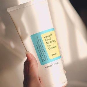 """Salah satu sabun muka favorit, sudah 3-4 tahun pakai ini~ @cosrx_indonesia Low pH Good Morning Gel Cleanser ☀️ meski namanya ada """"morning""""nya, nggak cuma untuk pagi kok gaes, bisa pagi malem 😂.Menurutku ini bagus untuk yang kulitnya berminyak/kombinasi atau acne-prone, karena nggak ada surfaktan keras (kayak SLS), dan ini mengandung sedikit BHA yaitu betaine salicylate. Ada tea tree oil nya juga sebagai anti-bakterial, anti-acne, dan soothing..Nah tapi, seiring aku menua 🤣, kulitku mulai berkurang minyaknya, nggak sebanyak dulu waktu SMA atau awal kuliah. Jadi aku udah nggak tiap hari pakai ini. Tapi, aku masih sering merekomendasikan Low pH Gel Cleanser ini ke orang2 🤓👍🏻.Apa sabun muka favorit kalian nih? Coba komen dibawah yaa!.(Btw seneng bgt fotonya bagus cahayanya huhuhu)....#jessicaalicias #skincarebyjessi #cosrx #cosrxindonesia #clozetteid"""