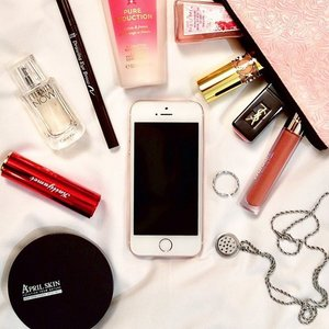 """Bits of my on-the-go essentials 💝 // I've been trying flatlays recently and this is the most """"decent"""" one 😂 so please bear with me, I'm still practicing! . . . . #beautybloggerid #indobeautygram #sbybeautyblogger #balibeautyblogger #clozetteid #clozetter #flatlayoftheday #indonesianbeautyblogger #photooftheday"""
