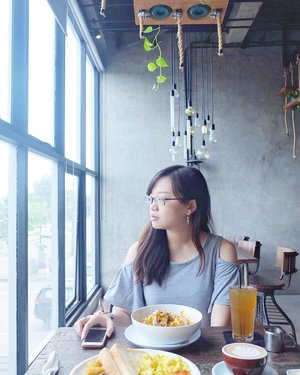 """Eat well, laugh often, love much."" . Taken by @karina_kusumadarma at @milestonecoffee ☕️ cepet balik indo kar 😭 . . . #jessicaalicias #jessicaaliciasholiday #clozetteid #ggrep #milestonecoffee #pictureoftheday #lookbook #instamood #instagood"