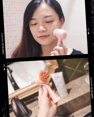 Lately I've been loving this Clean Pink Brush from @jacquelle_official 💕.Ini facial brush yang dipakai buat cuci muka, supaya wajah lebih bersih dan bebas dari sisa kotoran/makeup! Brush ini ada dua sisi, bulu brush halus untuk sehari-hari, yang cara pakainya tinggal digosok lembut dengan sabun wajah. Sisi satunya kayak silicone brush gitu untuk lebih deep cleansing pori-pori dan exfoliate..Aku suka banget nih, soalnya memang lebih bersih dibandingin pakai jari aja, terutama kalau habis pakai makeup berat seharian, aku memastikan wajah 100% bersih sebelum lanjut ke skincare selanjutnya 😊....#BBB3rdAnniversary #BaliBeautyBlogger #BBBevent #BBBXJACQUELLE #jessicaalicias #FavoritJessi #clozetteid