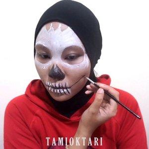 #MiniTutsbyTami .Sugar Skull Makeup Inspired ☠.Full face painting pertama yang aku buat😋✌ Tadinya mau bahas di blog tapi ribet ya kalau nulis di blog untuk bahas step makeup full face painting gini. Bingung juga mau mulai dari mana😏 Jadi aku bikin mini tutor nya aja 💞.Body Painting from @viva.cosmetics Black, Red, White, Green, Blue & Yellow 👩🎨.🎶 Twenty One Pilots - Heathens.#BeautygoersID #Beautiesquad #beautybloggerindonesia #pkubeautyblogger #femalebeautyblogger #indobeautysquad #indonesiabeautyblogger #BeautyRanger #beautilosophy #setterspace #HijabersBeautyBVlogger @halloweenmakeupideas #beautynesiaid #bloggerperempuan @ragam_kecantikan #bloggermafia @halloweenmakeup18 #bloggirlsid #clozetteid