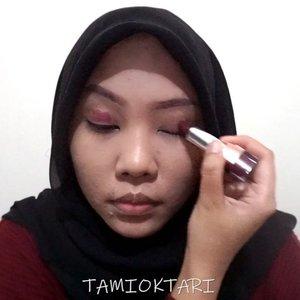 🗣 VIDEO DARI 3 BULAN LALU MAU LEWAT DULU!!.#MiniTutsbyTami kali ini adalah Gothic Makeup Look pas collab bareng @pkubeautyblogger ~♡ .Products i used👇🐣 @pac_mt All Day Coverage C 03🐣 @riveracosmetics Eyebrow Matic Brown🐣 @beautycreations.cosmetics Palette Elsa🐣 @mineralbotanica Eyeliner Pen🐣 @ltpro_official Longlasting Eyeliner🐣 @meisabulumata Betrice🐣 @amaliahalalbeauty Satin Lipstick 02 Saffron Purple.#GothicMakeup #Beautiesquad #BeautygoersID #kbbvfeatured #BeautyRangerID #beautybloggerindonesia #pkubeautyblogger #bloggerceria #JBBFeatured #beautysecretsquad #indonesiabeautyblogger #HijabersBeautyBVlogger #bloggirlsid #setterspace #bloggerperempuan #bloggermafia #clozetteid