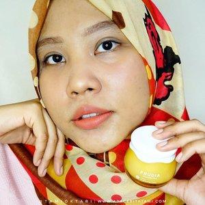 Siapa sih yang gamau punya kulit cerah? Brand asal Korea Selatan, @frudiaindonesia Citrus Brightening Cream ini disebut sebagai 'Vitamin Booster' karena memiliki kandungan 61% Citrus Extract yang membantu untuk mencerahkan dan melembabkan kulit.Packagingnya gemes, jar kaca berwarna kuning yang cukup tebal. Udah ada spatula mini yang bisa digunakan untuk mengambil produk di dalam jar. Teksturnya cream yg agak cair gitu dan punya aroma yang citrus yang fresh dan kalem. Demen nih wangi kayak gini 😋👍 Cukup cepat menyerap dan bikin wajah lembab. .Dan lagi promo menarik Buy 1 Get 1 worth 400k juga lho. Kalian bisa order melalui WA, Line dan Shopee (frudiaindonesia).@hijabersbeautybvlogger #SkincareforBaseMakeup #FrudiaIndonesia #HijabersBeautyBVlogger #HBBVxFrudia #ReviewBarengHBBV #KBeauty  #ClozetteID
