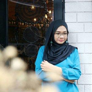 Keep your face to the sunshine and you cannot see a shadow...#ootd#gadzoticastyle #streetstyle #streetphotography #casualstyle #candid #fashion #fashioninfluencer #ootdindonesia #hijaberindo #hijabersurabaya #candid #photography #positivevibes #hijabootd #hijabootdindo #hijabootdindonesia #hijabstyle #hijabstyleindonesia #훈녀 #inspirasihijab #hijabinfluencer #fotd #bblogger #bbloggerid  #beautybloggerid #influencer #beautyinfluencer #photography #clozetter #clozetteid