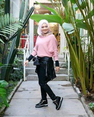 Who says people with edgy style can't wear pink? 💕...#ootd#gadzoticastyle  #edgystyle #edgyfashion #candid #fashion #hijab #ootdindonesia #hijaberindo #hijabersurabaya #candid #photography #hijabootd #hijabootdindo #hijabootdindonesia #hijabstyle  #훈녀 #옷스타그램#패션 #데일리룩 #hijabinfluencer @lookbookindonesia #lookbookindonesia #bbloggerid  #beautybloggerid #influencer #beautyinfluencer #photography #clozetter #clozetteid