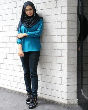 Back to basic ....#ootd#gadzoticastyle #streetstyle #casualoutfit #casualstyle #lookbook #lookbookindonesia #fashion #fashioninfluencer #hijaberindo #hijabersurabaya #candid #hijabootd #hijabootdindo #hijabootdindonesia #hijabstyle #hijabstyleindonesia #흔녀 #inspirasihijab #hijabinfluencer #fotd #bblogger #bbloggerid #fashionblogger #beautybloggerid #influencer #beautyinfluencer #photography #clozetter #clozetteid