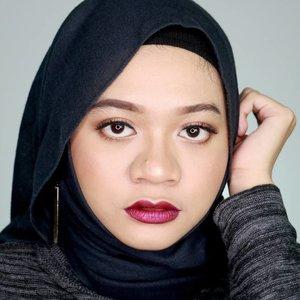 "Aslinya aku nggak pede pakai lipstick ungu metallic. Karena kata temen-temen aku cocok pake warna ungu kaya gini, aku jadi pede. 💁.Lips: @lagirlcosmetics Glitter Magic Shimmer Lip Color in ""Glitz"".#fotd #beauty #hijab #makeup #lipswatch #beautyblogger  #beautyinfluencer #훈녀#Lagirlindonesia #Lagirlglittermagic #Lagirlcosmetics #Magicallytransform #sbbreview #sbbxlagirlindonesia #sbybeautyblogger #beautybloggerid #clozetteid"