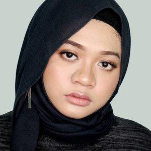 "Walaupun tahun ini warna Living Coral jadi tema utama, tapi earthy tone tetep jadi favorit. Kamu juga nggak? 💆.Lips: @lagirlindonesia Glitter Magic Shimmer Lip Color in ""Champagne Fizz"".#fotd #beauty #hijab #makeup #lipswatch #beautyblogger #beautyinfluencer #Lagirlindonesia #Lagirlglittermagic #Lagirlcosmetics #Magicallytransform#sbybeautyblogger #setterspace #훈녀 #clozetteid"