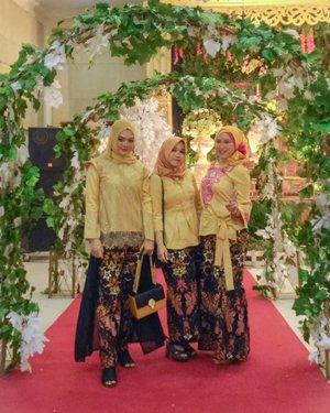 "Kalimat yang berbunyi ""pakaian mencerminkan kepribadian"" pasti nggak asing di telinga. Nah, kalau lihat 3 cewek ini, bisa nebak nggak kepribadiannya gimana? 😆#ootd #ootdfashion #ootdhijabindo #bridesmaiddress #bridesmaiddressinspiration #fashion #hijab #hijabootdindo #hijabersurabaya #lookbookindo #beautyinfluencer #fashioninfluencer #fashioninfluencersurabaya #fashiongram #훈녀 #clozetteid"