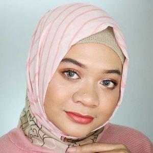 Selama beberapa dekade mengeluarkan Trend Warna, tahun 2018 ini @sariayu_mt mengeluarkan Color Trend terbaru yaitu Inspirasi Jakarta. Koleksi produknya didominasi warna-warna kekinian dan mengandung ekstrak Kersen yang tinggi vit C + vit E sehingga kesehatan kulit tetap terjaga. Koleksi Sariayu Color Trend 2018 Inspirasi Jakarta terdiri dari 2 eyeshadow kit, 7 Matte Metallic Lipstik, dan 7 Matte Lipcream. Yang aku cobain adalah Eyeshadow Kit J01 dan Lip Cream J05 yang warnanya cocok untuk daily..Review produknya bisa dibaca di link dibawah ya! Plus bonus tutorial makeup daily yang kupakai difoto ini loh! 😍.https://www.gadzotica.com/2018/07/sari-ayu-color-trend-2018-jakarta-review.html(Clickable link in bio)..Thank you @sariayu_mt x @beautiesquad..#BeautiesquadReview #Beautiesquad #beautyploration #SariayuColorTrend2018 #RollYourNatural #BeautiesquadxSariayu#fotd #naturalmakeup #dailymakeup #tutorialmakeup #beauty #훈녀 #tampilcantik #clozetter #clozetteid
