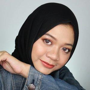 Hai rakyat IG. Lama nih aku nggak update. Keenakan liburan sih 😂Yuk, saatnya produktif lagi 💪.Video tutorial makeup look ini bisa dilihat di feed-ku ya.Eyes@x2softlens Bio Four Purple Extravagance.#fotd #naturalmakeup #hijabstyle  #makeup #everydaymakeup #hijab #beauty #beautygram #influencer #beautyinfluencer #beautybloggerid #훈녀 #surabayainfluencer #sbybeautyblogger #hijaberindo #hijabersurabaya #beautybloggerid #clozetteid