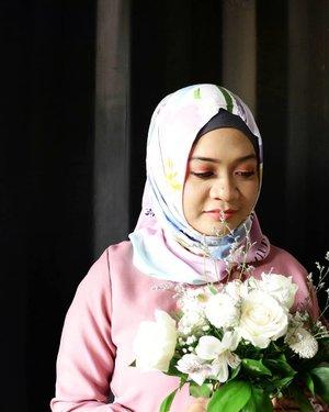 Love is the flower you've got to let grow.-John Lennon-.Allura Scarf @hijup Flower @lavoireflorist__#fotd #ootd #beauty #hijaber  #hijabootdindo #hijabersurabaya #hijabstyle #candid #photography #valday #valentineday #clozetter #clozetteid