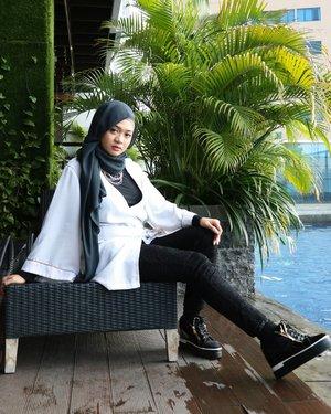 Upload ini demi feed yg rapi 😂Fotonya suasana liburan banget. Tenang, besok hari minggu kok 😄 ..#fashion #gadzoticastyle#edgystyle #edgyfashion #hijabfashion #hijab #ootdindonesia @ootdindo #ootdindo #hijaberindo #hijabersurabaya #photography #hijabootd #hijabootdindo #hijabootdindonesia #hijabstyle  #훈녀 #옷스타그램#패션 #데일리룩 #hijabinfluencer @lookbookindonesia #lookbookindonesia #bbloggerid  #beautybloggerid #influencer #fashioninfluencer #clozetter #clozetteid