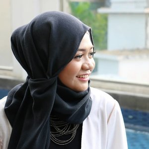 Keep smiling, because life is a beautiful thing and there's so much to smile about.- Marilyn Monroe -....#lifestyle#gadzoticastyle  #candid #hijab #hijaberindo #hijabersurabaya #hijabstyle #photography #hijabootd #hijabootdindo #hijabootdindonesia  #훈녀 #옷스타그램#패션 #데일리룩 #hijabinfluencer @lookbookindonesia #lookbookindonesia #bbloggerid  #beautybloggerid #influencer #fashioninfluencer #photography #positivevibes #qotd #clozetter #clozetteid