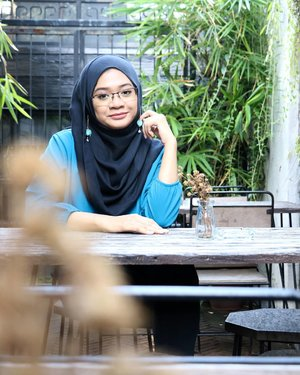 Once upon a time, there was a girl who sit and smile patiently, waiting for ... a glass of Iced Americano 😝..Pecinta cokelat ini tiba-tiba kepengen minum kopi 😆Kalian anak cokelat, anak kopi, atau anak teh maybe? 😂😂😂...#gadzoticastyle #casualstyle #candid #lookbook #lookbookindonesia #lifestyle #photography #fashion #fashioninfluencer #hijaberindo #hijabersurabaya #candid #hijabootd #hijabootdindo #hijabootdindonesia #hijabstyle #hijabstyleindonesia #훈녀 #inspirasihijab #hijabinfluencer #fotd #ootd #bblogger #bbloggerid #fashionblogger #beautybloggerid #influencer #beautyinfluencer #photography #clozetter #clozetteid