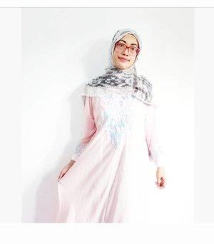 """Jilbab menjadi salah satu barang yang mendukung kenyamananku dalam berhijub..Diacara """"Mom Keceh Jago NgeBlog"""" salah satu isi Goody Bag dari acara tersebut adalah pasmina ini , pasmina @sahabatrona 🤩 Alhamdulilah..bertambah lagi koleksi pasmina cantikku😍😍..Jadi teringat saat masa masa baru memulai menggunakan hijub dulu, aku selalu pilih hijub yang simple dan juga  bisa di padu padan kan.Hijub ku adalah type yang simple, terbuat dari bahan yang nyaman dan ga bikin panas. Untuk corak hijub aku suka ada sedikit aksen warna warna yang soft , ataupun edgy ... elegan banget deh saat di pakai dan di matching in dengan model baju apapun....Dan akupun baru tau koleksi hijub dari  @sahabatrona , modelnya keceh keceh dan kekinian banget ....Cek ya di websitenya rona , semua keperluan kamu untuk berhijub ada disini semua.  @sahabatrona.#sahabatronaxmomacademy#ClozetteID#SmarmumsID"""