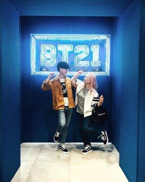 BTS 는 인도네시아에서도 어마무시하게 인기가 있는 그룹이랍니다요. 그래서 제 해외친구들한테도 소개해주고 자랑(?)하기 위해 홍대에 있는 @bt21_official 매장에 다녀와봤어요✌️ 캐릭터 하나하나가 그렇게 귀엽기 있긔 없긔? 여튼 개성있고 귀여운 아이템 다 쓸어버릴뻔😅 매장에 가보니 10대들이 많이 보이더라고요. 저희 사진 포즈는 나름 BTS 춤춰보자는 의도였는데... 네 그냥 막춤이네요 ㅋㅋㅋㅋㅋ-Hellooooooo ARMYYYYYYY!!We've been to BT21 official store in Hongdae. The store have many BTS iconic items. They are all so cute so i wanted to take all products 😂 Even though you are not Army it will be fun for looking around and browsing items!✌️-#sohanexplorekorea#bt21hongdae#bts