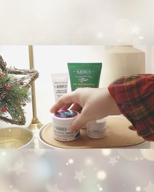 """❄️Holiday limited editions❄️It's time for skin care review time!🧚🏼♀️Hello hello my peeeeeeepsHow is your holiday plan? I am goodFor holiday, i want to introduce @kiehlsid """"Holiday & Gifting seasons pacakaging with best seller products!""""-If you watch my video you will notice the packaging is changed! For holiday 2019, @kiehlsid collaborates with @janinerewell illustrator from Helsinki. You can only get this special items during holiday seasons!-There are few products traced illustrations. Among all product i choose """"Ultra Facial Cream"""" because it's one of my favorite items and also best seller in worldwide! 2.3 x more moisture!!!-✨You can check more details my review with Han seo bang on my YouTubeGo and click link on my bio!!!💋-@kiehlsid @clozetteid #clozetteid"""