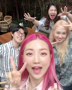 Take our energyyyyy gengs! 🤳💃🕺Example of how to make best boomerang pose ㅋㅋㅋ💯💯•Ps . Why there is only Han seo bang in last photo? I donno Yoora sent it to me 😂😂😂😂 Yoohoo-#yooraxsohan