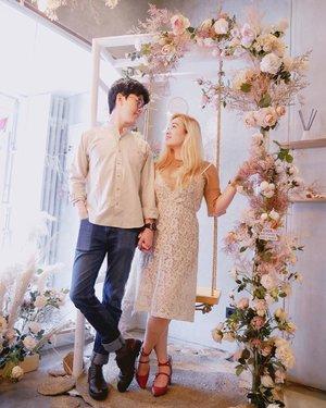 """안녕 🦄🦄Who ever been to @cforcupcakes ?The place is the best for taking #coupleootd 😉How do you think? Give us score 💯The best Korean couple hashtag👉 #커플스타그램 #럽스타그램•Ps. Our story will continueI am editing video for our """"PDKT""""✍️✌️"""