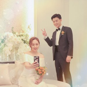 브이 ✌🏼 하는 내 남편 왤케 어려보임 퓨 #어린신랑 #컨셉이냐규 #나두어려질래 - In Korea wedding culture, before starting the ceremony, The bride has a special room to wait and welcoming the guest. While the Groom has to welcome the guest at the main gate. Sound interesting?✌🏼 #koreawedding #koreaweddingculture