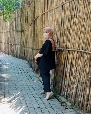 2⃣0⃣2⃣1⃣2021 masih matching kah maskermu dengan outfitmu?*eh salah pertanyaannya ya, ulangi 😅2021 masih tertibkah kamu menggunakan maskermu? Mudah-mudahan masih ya, jangan lupa juga terapkan protokol kesehatan lainnya. Matching nggak matching tergantung selera masing-masing sih ya 😁#clozetteid #2021 #staysafe #mask #outfit #ootd #fashion #hijab #fahionhijab #bandung #blogger #lifestyleblogger #mantrianarani