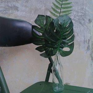 Sabtu terakhir di bulan April, yuk berbenah. Coba tengok lagi seisi rumahnya, siapa tau ada barang yang udah nggak kepake tapi masih bisa dimanfaatkan. Misalnya botol kaca bekas madu murni ini yang aku jadiin vas bunga (eh ini mah daun), haha. Tetep keliatan kece kan?..#clozetteid #diy #bottle #gogreen #zerowaste